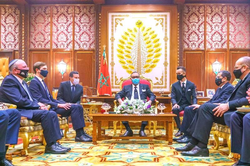 'الخير سيعود على المغرب'.. صورة الملك داخل القصر مع وفدي إسرائيل وأمريكا تثير إعجاب المغاربة