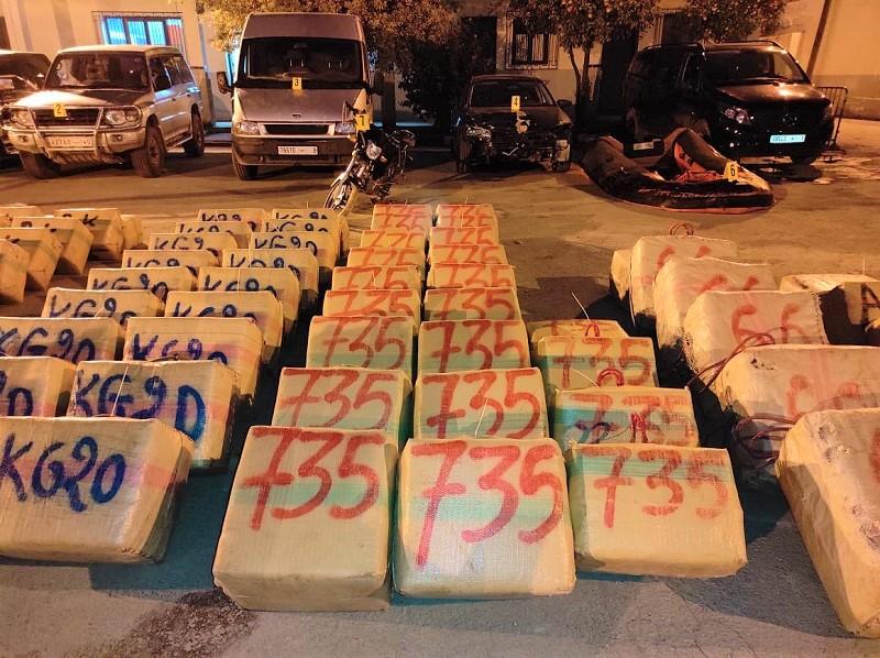 """كلميم. تنسيق أمني يجهض تهريب 9 أطنان من """"الحشيش"""" مطمورة تحت الرمال"""