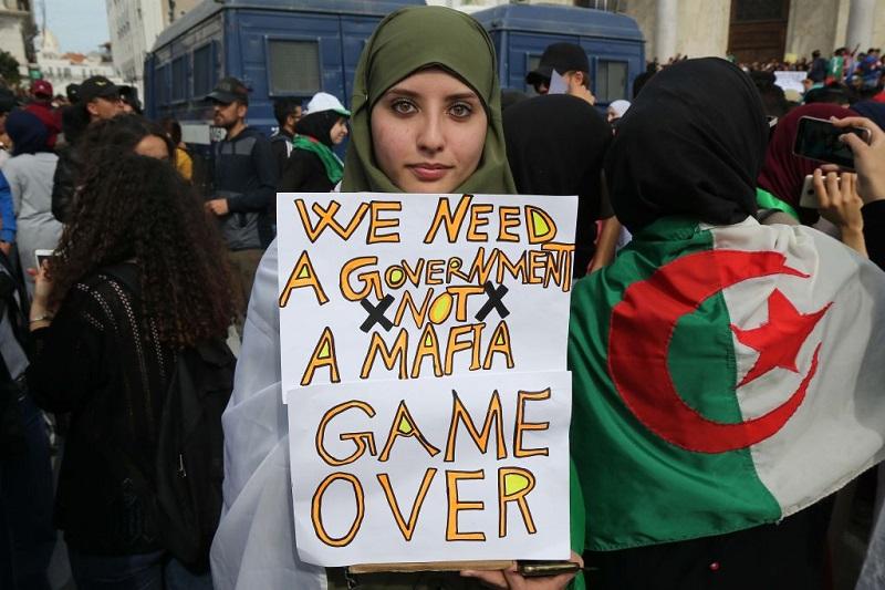 """""""أكلتم البلد أيها اللصوص"""".. آلاف الجزائريين يتظاهرون في الأسبوع الثاني من مسيرات الحراك"""