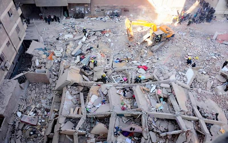 فاجعة جديدة بمصر.. مقتل 5 أشخاص في انهيار عمارة من 10 طوابق بالقاهرة (فيديو)
