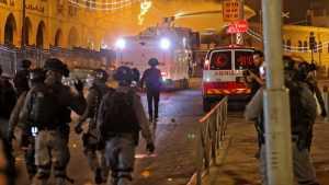 عشرات الإصابات في اشتباكات بينالفلسطينيين والقوات الإسرائيلية بباحات الأقصى