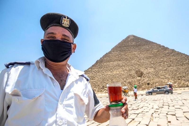 مصر تستبق عيد الفطر بإغلاق احترازي يشمل الحافلات والمتاجر والمقاهي والشواطئ