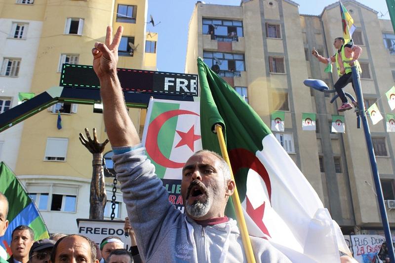 لوموند الفرنسية: الجزائر في مأزق.. وحبل المشنقة يخنق رغبة الجزائريين في الديمقراطية