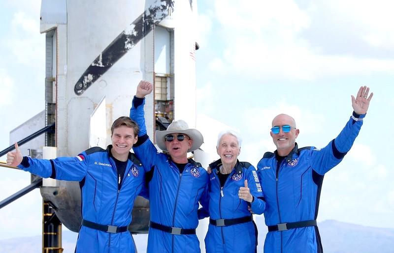 بيزوس يزور الفضاء ضمن أول رحلة فارقة في مجال السياحة الفضائية