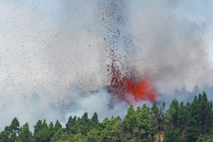 """ثوران بركان جزيرة """"لا بالما"""" بالمحيط الأطلسي والسلطات تجلي الساكنة"""