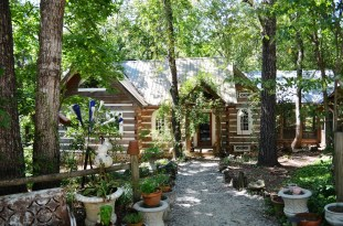 Butch Anthony's home, built over 25 years. (Anne Kristoff/Alabama NewsCenter)