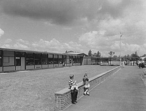 The South Elementary School of Andover, Massachusetts, was designed by Hugh Stubbins. (Photographed by Gottscho-Schleisner Inc. in 1959, Library of Congress, Prints and Photographs Division)