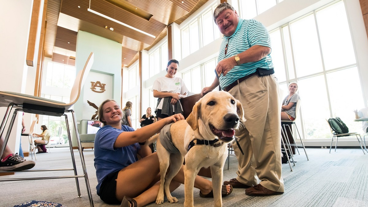 Auburn University nursing researchers use therapy dogs to assist dementia patients