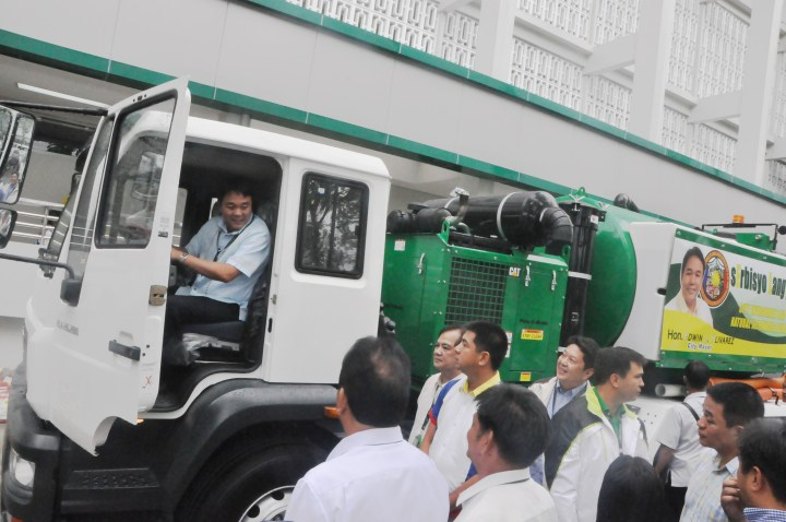 ANTIFLOOD TRUCK. PARAÑAQUE City Mayor Edwin L. Olivarez tries his hand on the newly-acquired vacuum jet sewer pump truck that the city government will use to flush out debris ,dirt, litter, sludge and other forms of garbage that usually accumulate during storms and heavy rains. Mayor Olivarez said the jet sewer truck that uses high pressure water nozzles will be used to ensure the free flow of water on sewage systems during storms to avoid flooding especially in the city's major thoroughfares. (PARANAQUE PUBLIC INFORMATION OFFICE PHOTO - GILBERT CATALAN)
