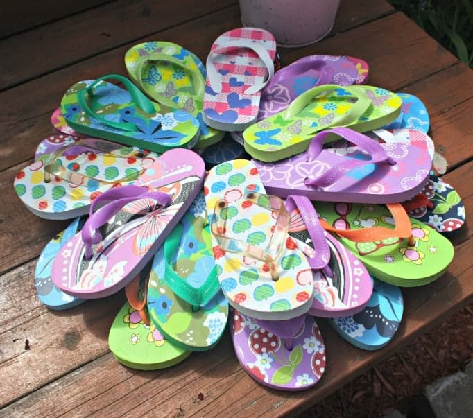making a summer flip flop wreath