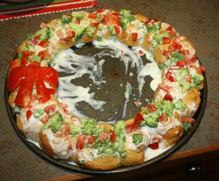 Croissant wreath with red peppers and broccoli
