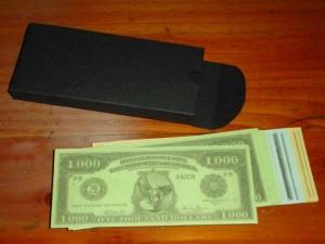 Dinero y su cajita (logicamente, hecha por mi)