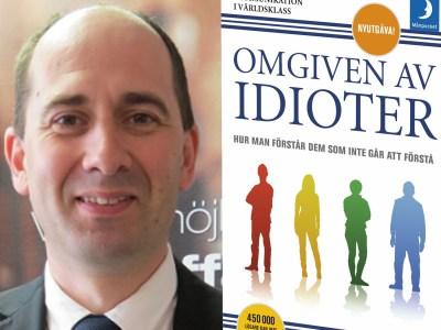 """Anders Ekström och omslag till boken """"Omgiven av idioter"""""""
