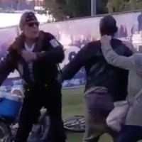 VIDEO: Fiendesoldat övermannas av folksamling efter knivattack i Vasa