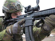 Soldat siktar med maskingevär