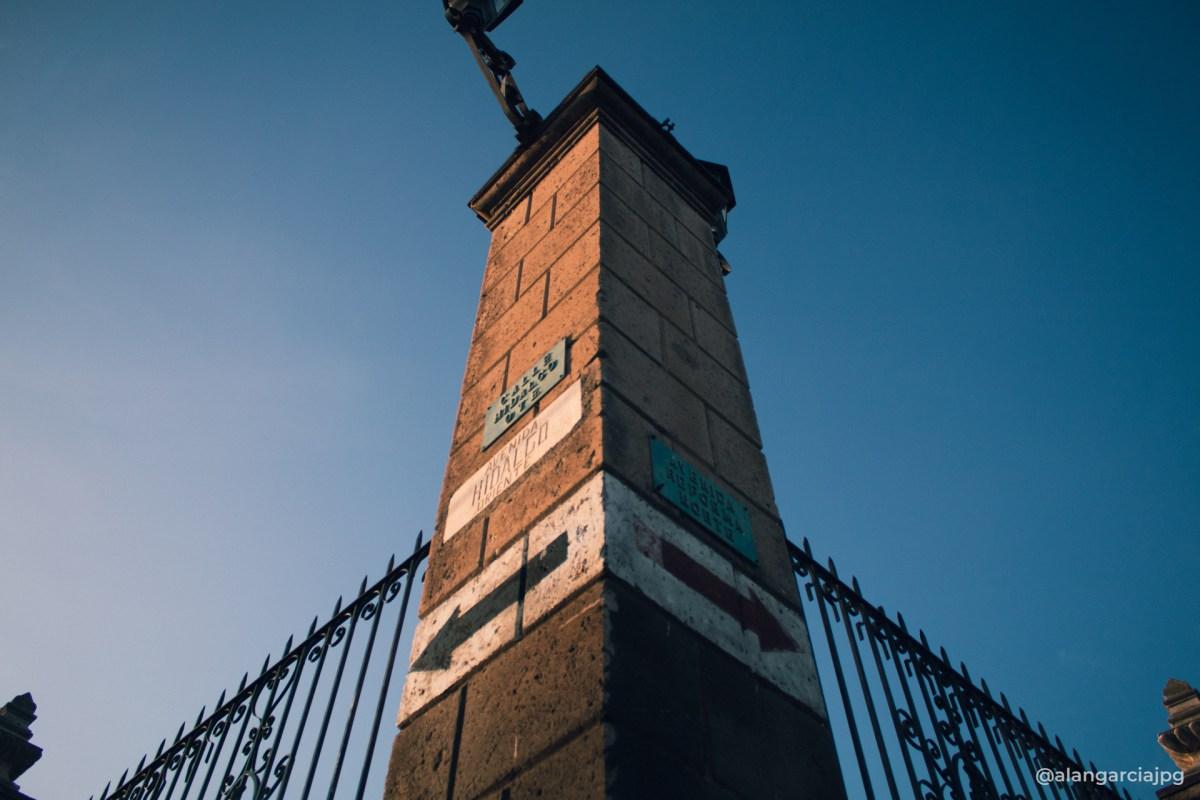 Una de las esquinas de la Parroquia de la Asunción y del Sagrado Corazón en un amanecer
