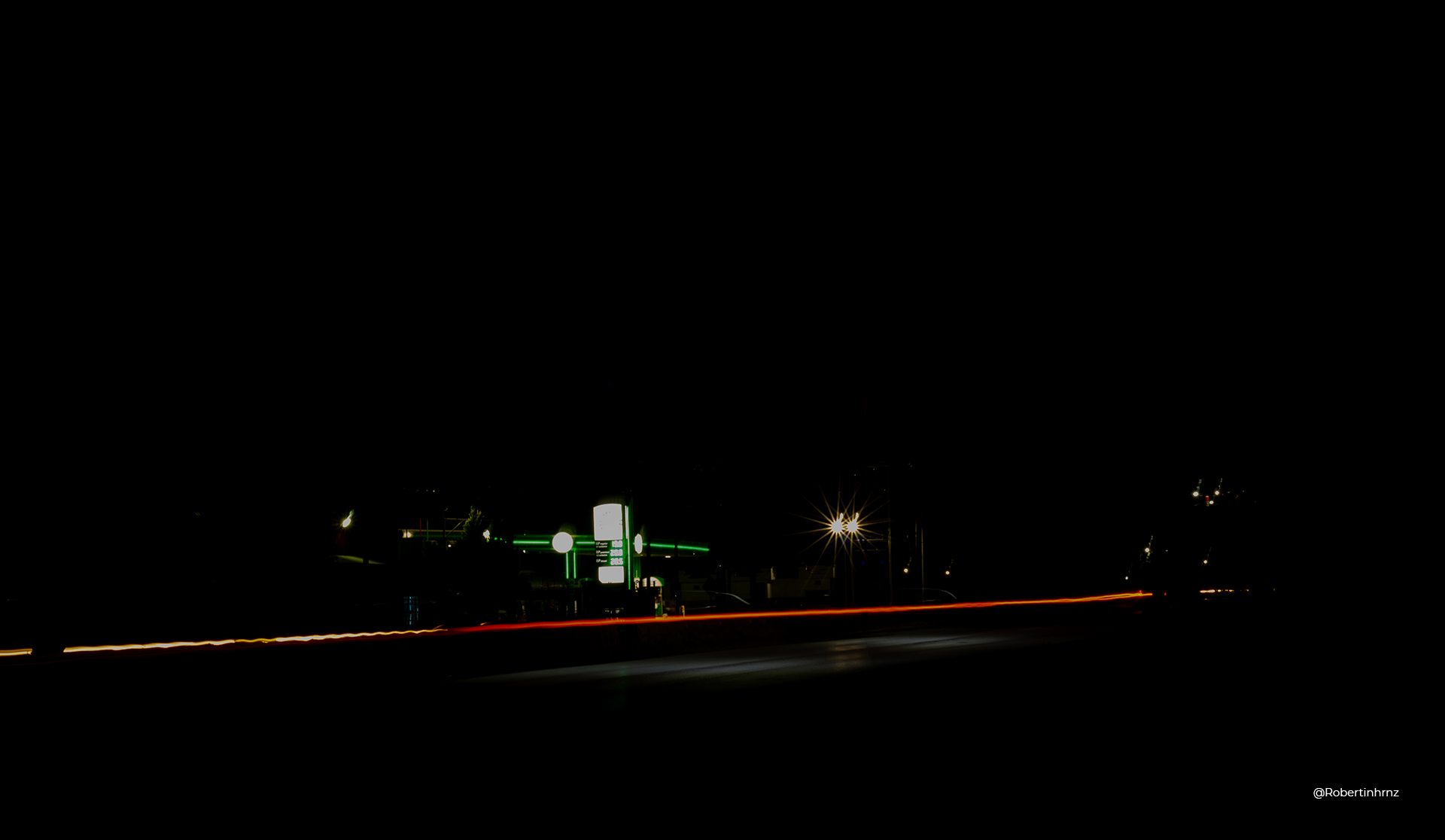 Larga exposición con juego de luces en autopista.