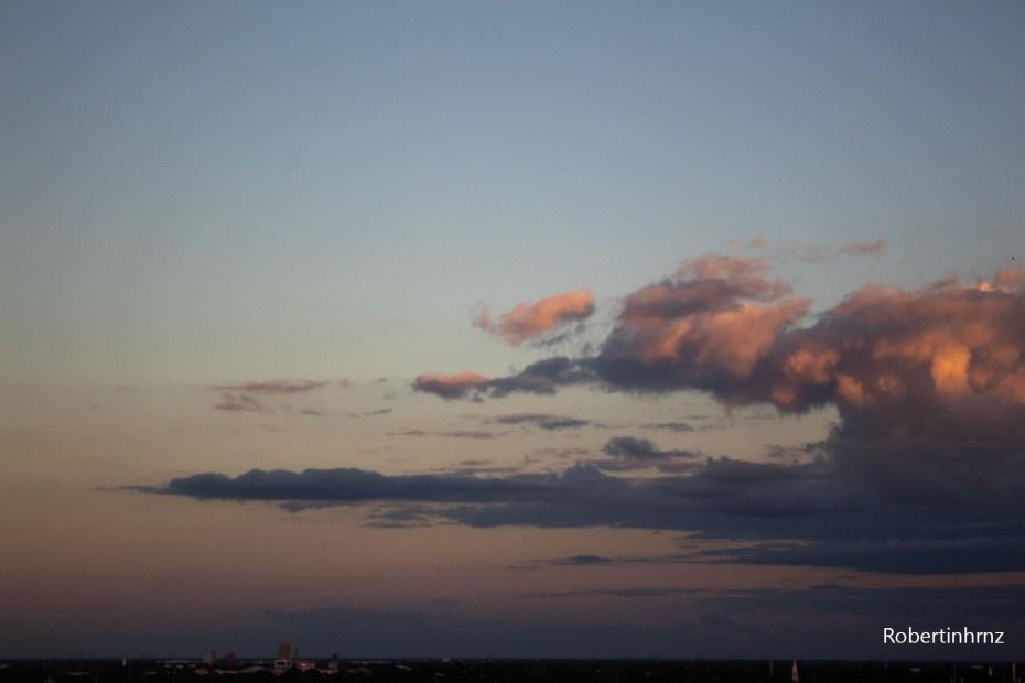 Gradiente atardecer con nubes en el cielo.
