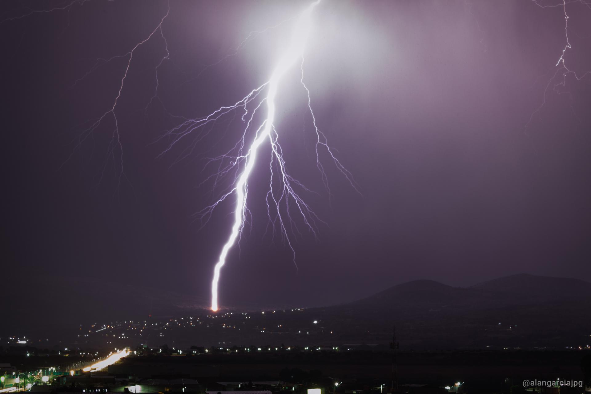 Rayo de tormenta eléctrica en Apan, Hidalgo.
