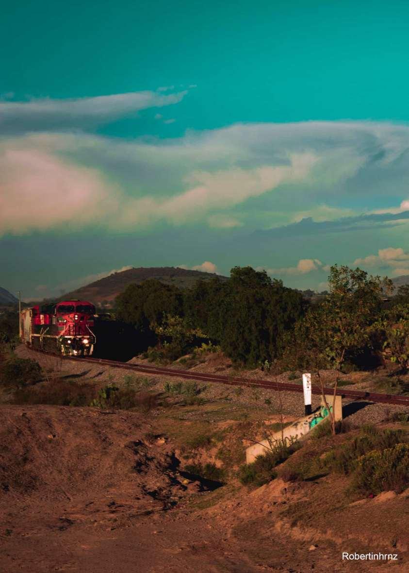 Ferrocarril atravesando campos en el Estado de México.