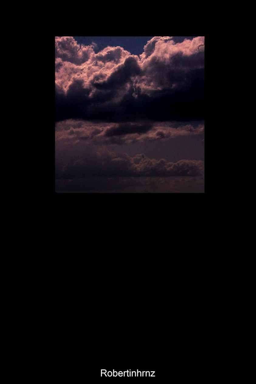 Contraste de nubes y cielo desde la ventana.