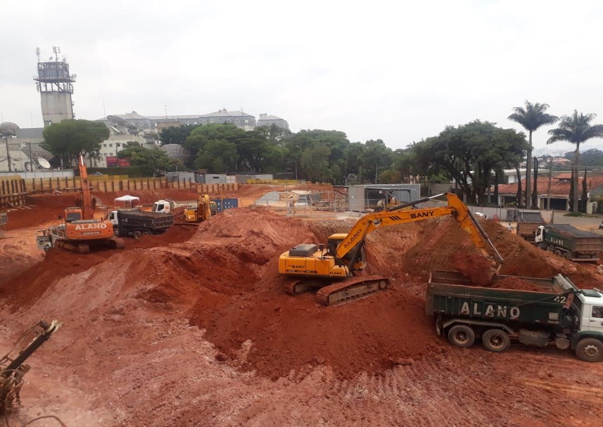 Escavadeira fazendo serviços de terraplenagem!