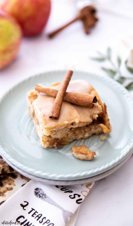 apple pie coffee cake slice on teal plate