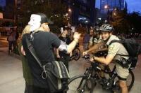 Polisler yemeklerini göstericilerle paylaştı