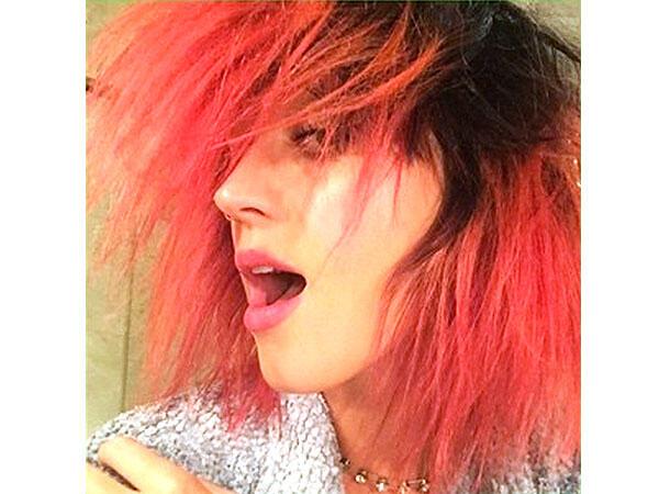 Katy Perry saçlarını kırmızıya boyattı