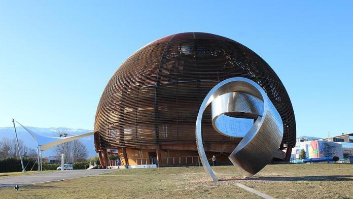 """Dünyanın en büyük parçacık fiziği laboratuvarı olan Avrupa Nükleer Araştırma Merkezinden (CERN) sipariş alan ilk Türk firması Ankaralı Dora Makina oldu. Firma ilk siparişlerini bu ayın sonunda teslim edecek. Türkiye Odalar ve Borsalar Birliğinin (TOBB) öncülüğüyle başlatılan girişimler sayesinde 600 milyon avroluk projeden önümüzdeki dönemde yerli firmaların da pay alma şansı doğdu. Bu kapsamda projeden ilk siparişi alan ve OSTİM'deki Dora Makina'nın Kurucu Ortağı ve Genel Müdürü Bekir Sağlamyürek, firmayı 2004 yılının sonlarında kurduklarını belirtti. """"Ciddi bir altyapı oluşturuyoruz"""" Firmanın yaklaşık 11 yılda 75 kişilik teknik ekibin çalıştığı bir işletme konumuna geldiğini anlatan Sağlamyürek, yerli savunma sanayi firmalarına alt yüklenici olarak parça ürettiklerini ve bu deneyim sayesinde ciddi bir altyapı oluşturduklarını kaydetti. Sağlamyürek, söz konusu altyapının da katkısıyla katma değeri yüksek ürün üreten yabancı firmalarla iş yapma kararı aldıklarını dile getirerek, """"Yurt dışındaki 4-5 firmaya ürün yapıp gönderiyoruz. CERN'i de 1,5-2 yıl önce hedeflerimiz arasına almıştık ama TOBB'nin de girişimleri sayesinde projeden ilk siparişimizi kasım ayında aldık"""" dedi. CERN projesinden ilk etapta 15-20 parçadan oluşan sipariş aldıklarını belirten Sağlamyürek, şu ifadeleri kullandı: """"Bu siparişi ocak ayınının sonlarında teslim edeceğiz. Aslında birinci paket siparişi teslim etmeden ikinci paket siparişi de aldık. Bunların içinde yarı mamul ürünler var. CERN'den bize ham maddesi gelen, üzerinde işlem yapacağımız mamuller var. Bunların arasında bizim ham maddesini yurt dışından aldığımız malzemeler var. Yurt içinden tedarik edip ürettiğimiz parçalar var. Biz bunu büyüyerek ilerleyecek bir iş olarak görüyoruz."""" CERN'de neler yapılıyor? 2. Dünya Savaşı sonunda Avrupa'da ortak nükleer araştırmalar yapmak için kurulan CERN'de, bugün itibarıyla atomdan küçük temel parçacıklar ve aralarındaki kuvvetler hakkındaki önemli buluşlar yapılıyor."""