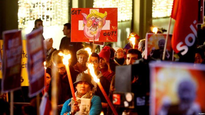 Davos'ta Başkan Donald Trump Protestoları Başladı