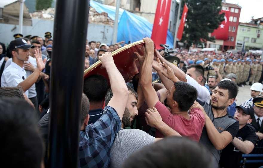 Soylu talimat verdi: Şehit cenazesinde CHP çelengi parçalandı