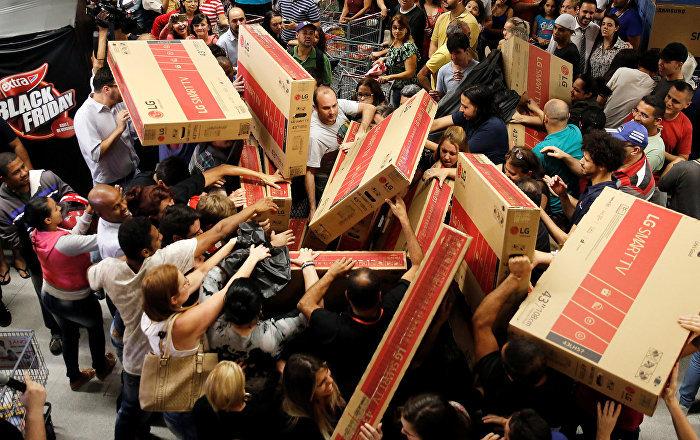 Alışveriş çılgınlığı yeni iş kolu doğurdu: ABD'li çift Kara Cuma boyunca sırada bekliyor