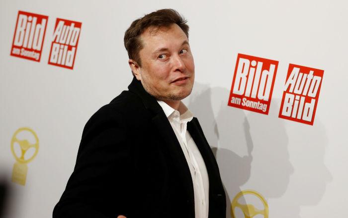 'Cybertruck' ile başı dertte: Musk, bu kez trafik dubasına çarptı