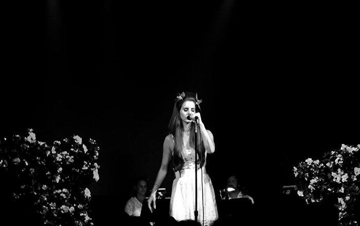 Şarkılarında 'istismarı yücelttiği' için eleştirilen Lana Del Rey, meslektaşları tarafından 'haça gerildiğinden' yakındı