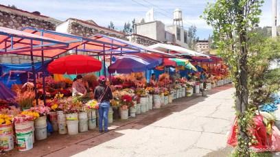 Marché aux fleurs devant le cimetière de Huaraz