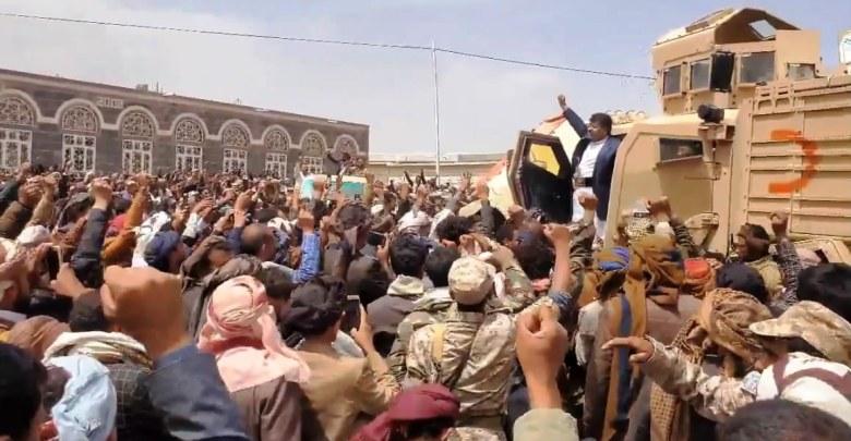 """Photo of عاجل .. الحوثي يتحدث من على مدرعة سعودية عن """"المرجعيات الثلاث"""" ويدعو التحالف إلى تحكيم 12 دولة (حصري)"""