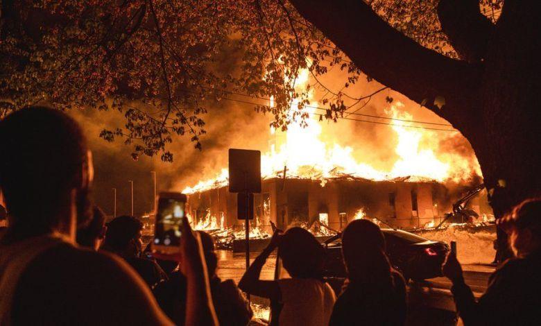 """Photo of أمريكا تشتعل .. الرئيس يتوعد المتظاهرين ويحظر التجول في مينيابوليس و""""تويتر"""" يهاجم تغريدة ترامب (تفاصيل كاملة)"""