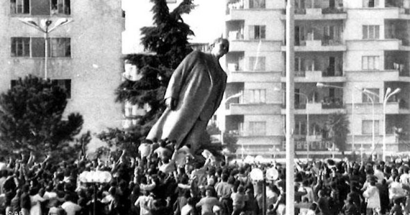 Movimento Studentesco Albanese Caduta Statua Enver Hoxha