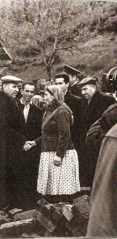 ALBANIA MERIDIONALE 1965 - Mehmèt Shehu (primo a sinistra) si intrattiene con una contadina, affabilmente! Proprio lui che, durante la guerra civile, sterminò migliaia e migliaia di semplici e poveri contadini!