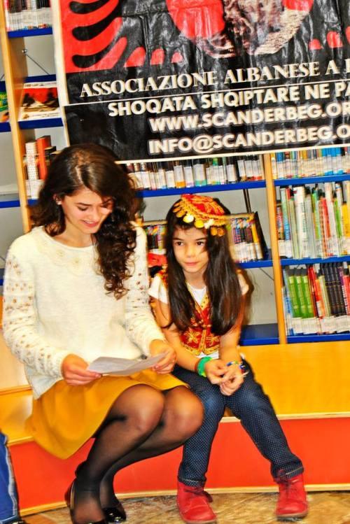 4-bora myrtaj e la bimba albanese in abito tradizionale