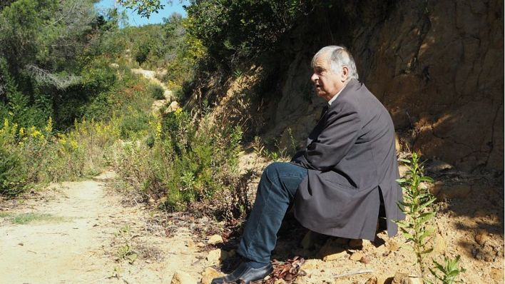 Nikolin Kurti presso il sito della fossa comune che scoprì nel 2009_opt