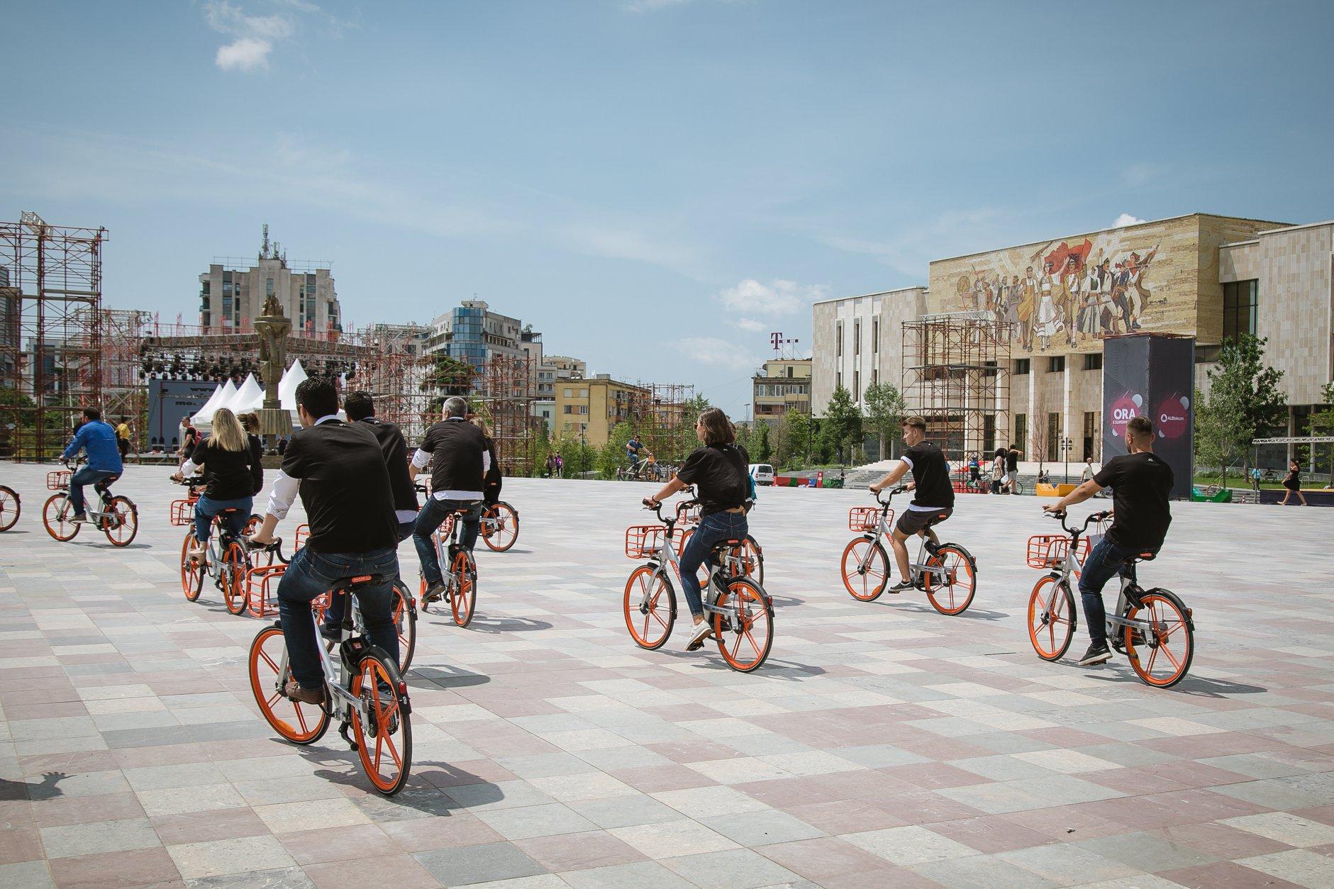 Mobike Albania in Piazza Scanderbeg