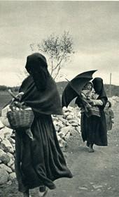 GM007: Women going to market at Shkodra (Photo: Giuseppe Massani, 1940).
