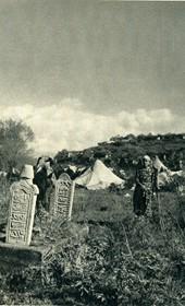 GM013: Nomads and Muslim graves near Shkodra (Photo: Giuseppe Massani, 1940).