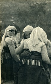 GM023: Northern Albanian women greeting one another (Photo: Giuseppe Massani, 1940).