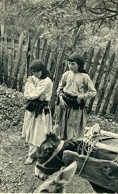 GM027: Two girls in Mirdita (Photo: Giuseppe Massani, 1940).
