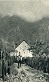 GM042: House in or around Theth in the Shala Valley (Photo: Giuseppe Massani, 1940).