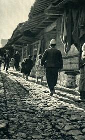 GM052: The bazaar of Kruja (Photo: Giuseppe Massani, 1940).