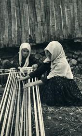 GM058: Women in Kruja weaving. (Photo: Giuseppe Massani, 1940).